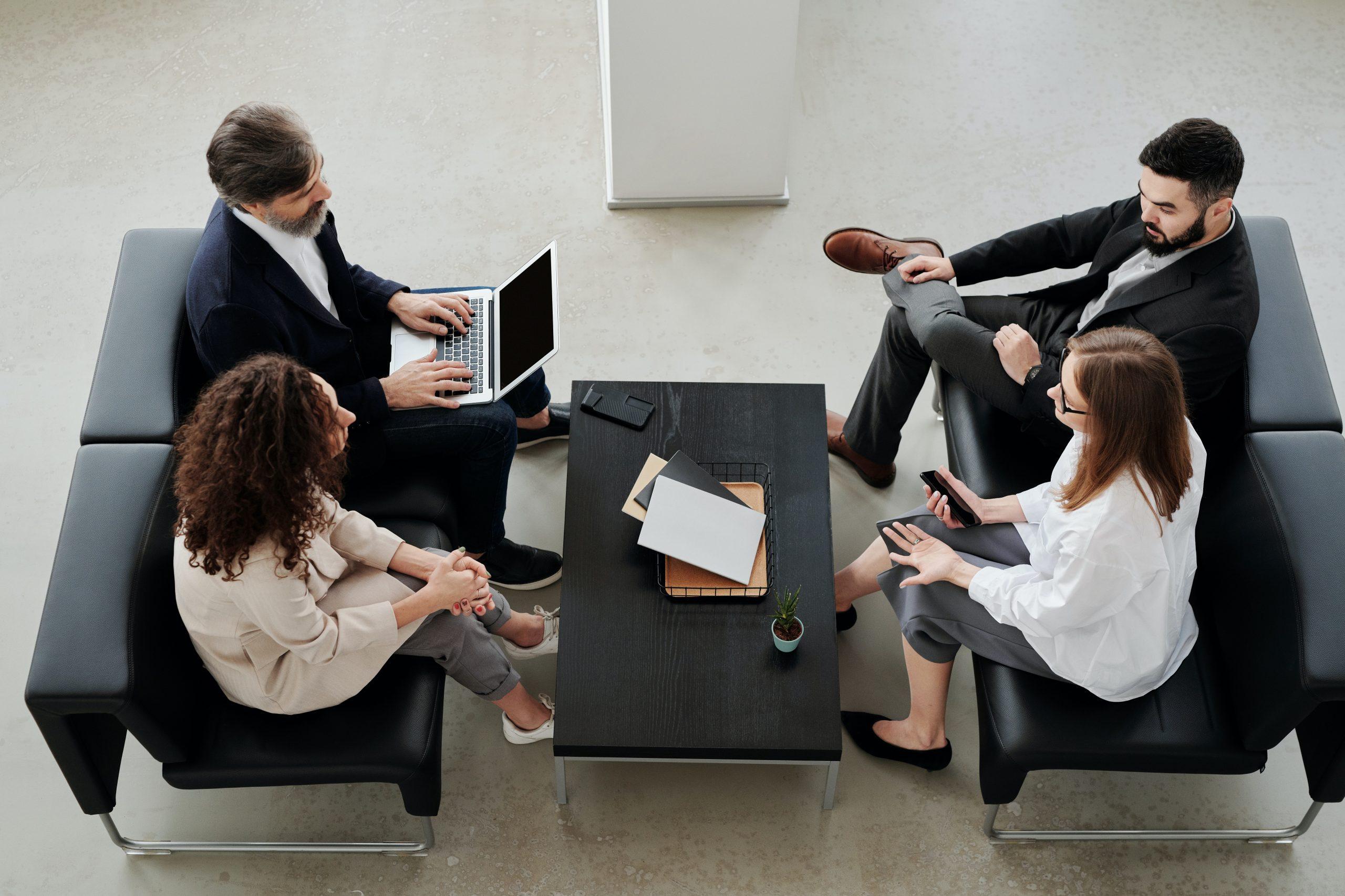 Riunione lavorativa tra i professionisti della mediazione creditizia